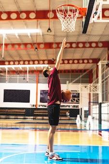 Kaukaski nastoletni chłopak na koszykówki celu i celu pojęciu
