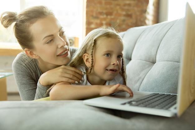 Kaukaski nauczycielka i mała dziewczynka lub mama i córka. edukacja domowa