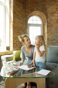 Kaukaski nauczycielka i mała dziewczynka lub mama i córka.