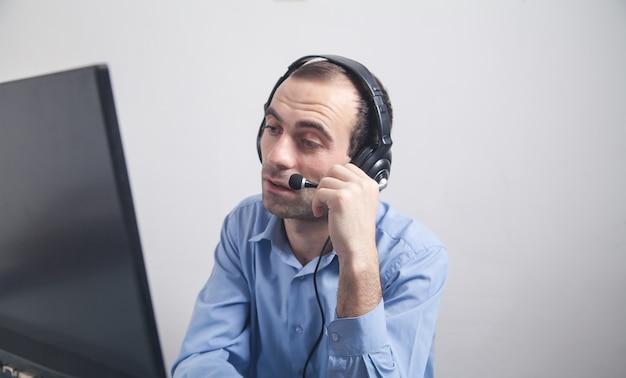Kaukaski operator call center w pracy. obsługa klienta