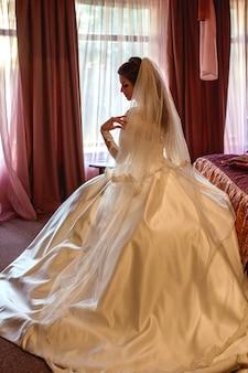 Kaukaski piękna atrakcyjna brunetka panna młoda w tradycyjnej europejskiej białej sukni