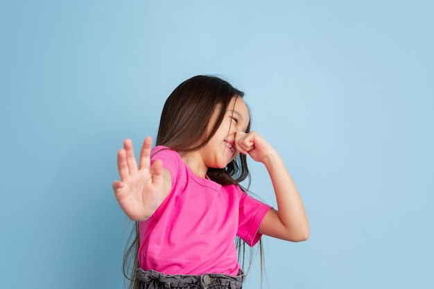 Kaukaski portret małych dziewczynek na niebieskiej ścianie studia