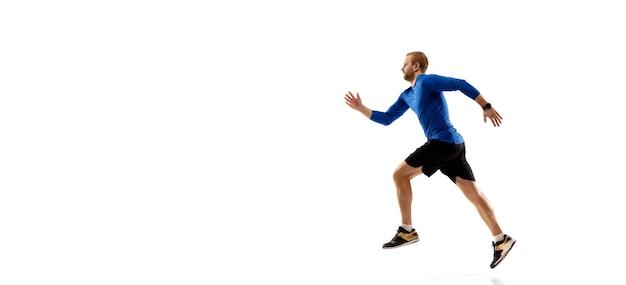 Kaukaski profesjonalny biegacz, trening jogger na białym tle studio w ogniu