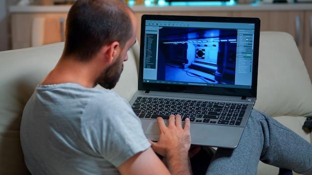 Kaukaski programista gier pracujący nad rozgrywką