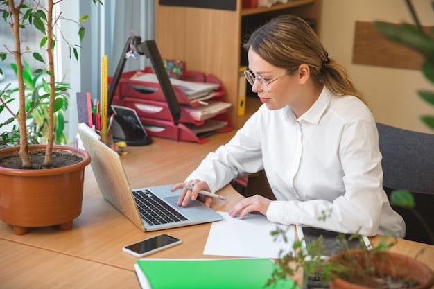 Kaukaski przedsiębiorca, bizneswoman, kierownik pracujący skoncentrowany w biurze, odnoszący sukcesy