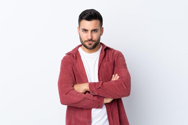Kaukaski przystojny mężczyzna na białej ścianie