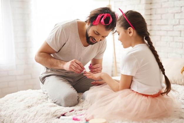Kaukaski rodzinny weekendowy manicure do sypialni.