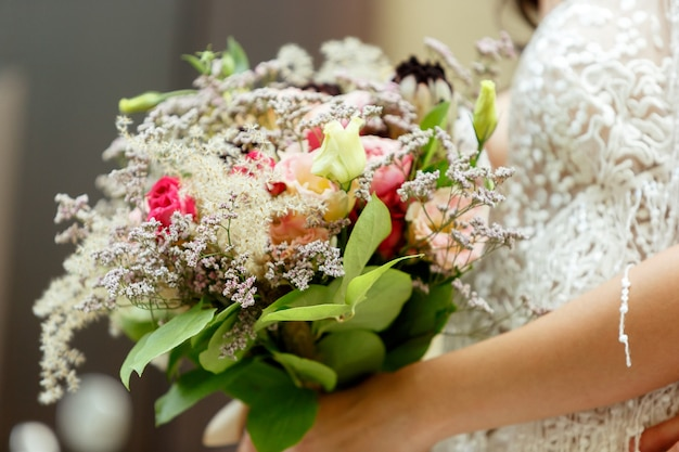 Kaukaski romantyczna panna młoda świętuje małżeństwo w mieście.