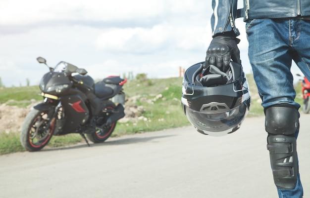Kaukaski rowerzysta trzymając kask. hobby. sport. prędkość