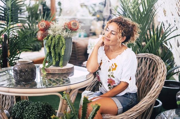 Kaukaski szczęśliwa zrelaksowana kobieta. ciesząc się ogrodem w domu