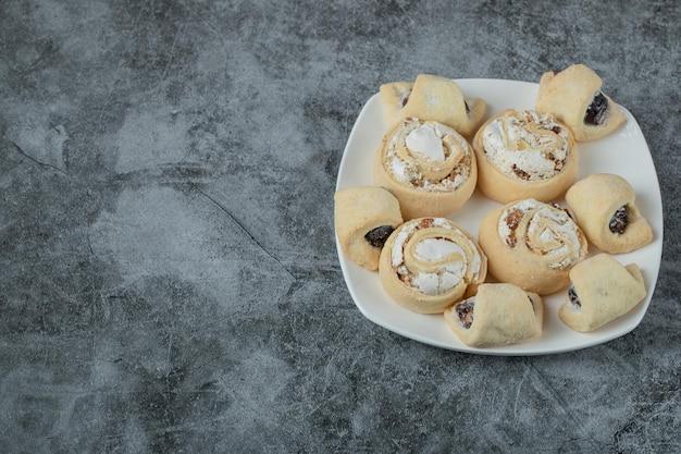 Kaukaski tradycyjne ciasteczka z cukrem pudrem na wierzchu na białym talerzu ceramicznym.