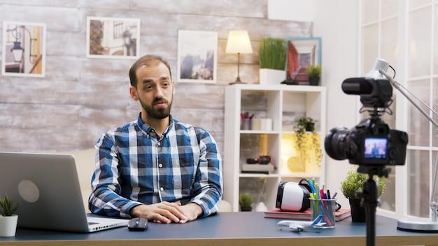 Kaukaski vloger nagrywa podcast do mediów społecznościowych. kreatywny młody influencer.