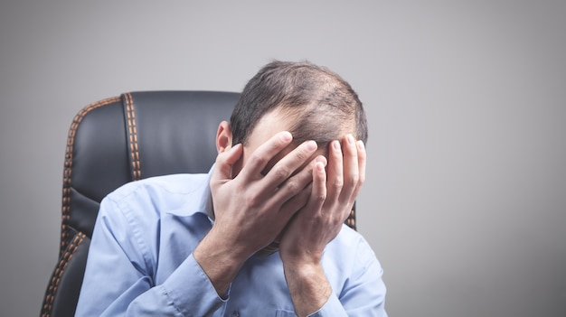 Kaukaski zestresowany mężczyzna z bólem głowy.