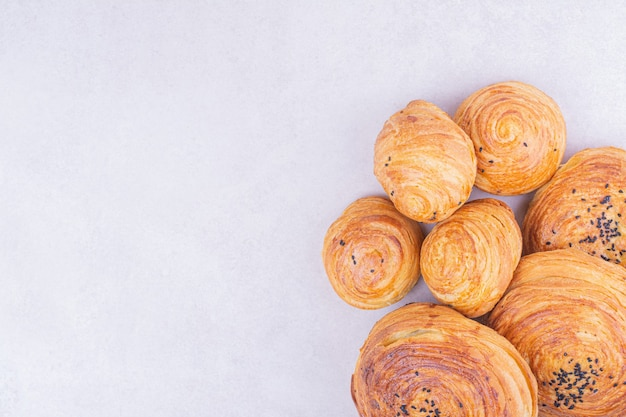Kaukaskie bułeczki gogal z kminkiem na szaro.