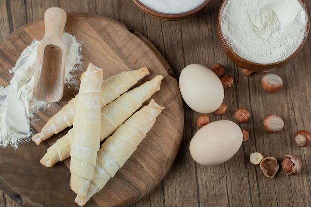 Kaukaskie ciasteczka mutaki ze składnikami na drewnianej desce.