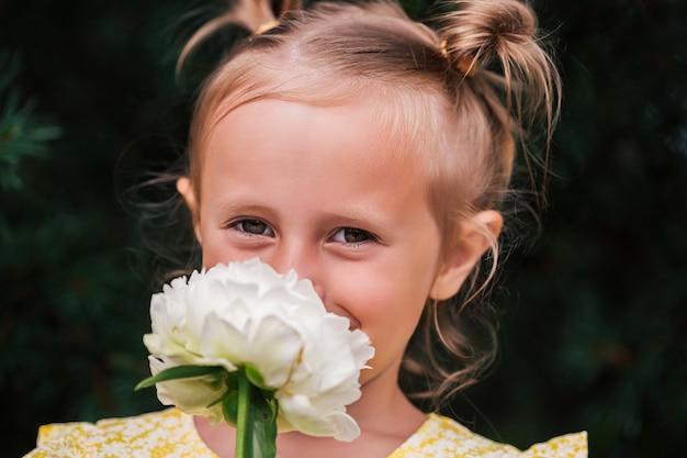 Kaukaskie dziecko w wieku 6 lat to piękna dziewczyna z szeroko otwartymi oczami, spójrz w kamerę. wyraziste emocje na twarzy