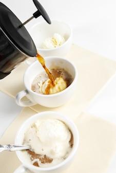 Kawa affogato z lodami na filiżance