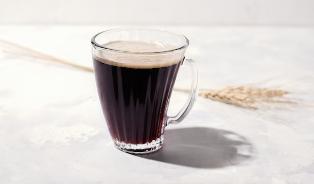 Kawa bezkofeinowa na bazie jęczmienia, na białym tle obok kłosków