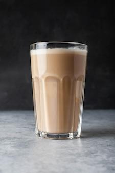 Kawa cappuccino na betonie