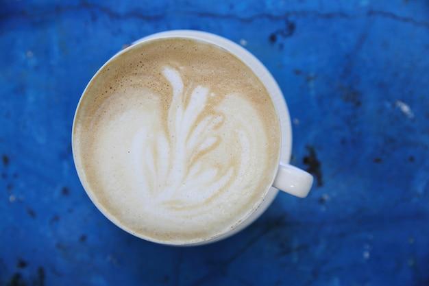 Kawa cappuccino w kolorze niebieskim vintage