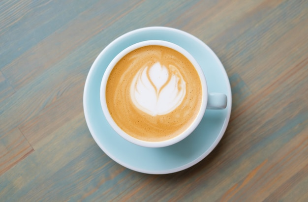 Kawa cappuccino w niebieskiej filiżance. kawa wegańska.