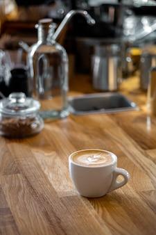 Kawa cappuccino z rysunkiem serca w kawiarni vintage.