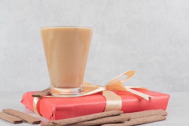Kawa, Ciastka I Pudełko Na Prezent Z Marmurowej Powierzchni Darmowe Zdjęcia