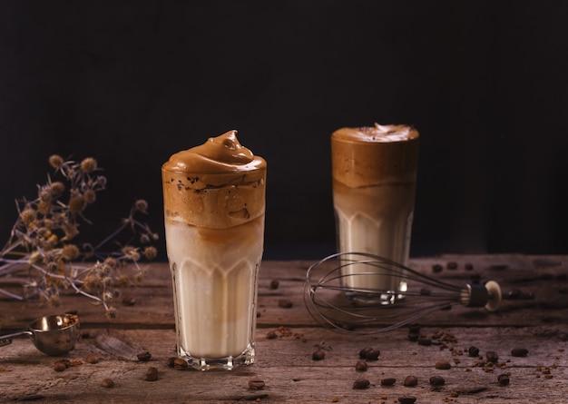 Kawa dalgona. bita lukier z popularną w korei kawą rozpuszczalną creamy