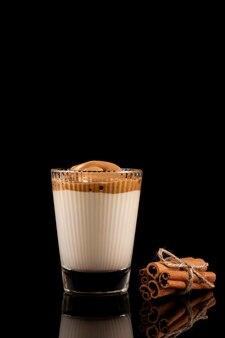 Kawa dalgona - koreański napój kawowy. kawa rozpuszczalna lub espresso w proszku ubita z cukrem.