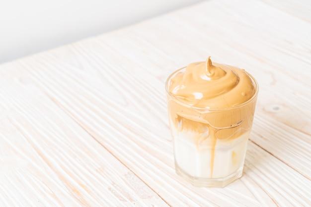 Kawa dalgona. mrożony, puszysty, kremowy, ubity napój typu trend z pianką kawową i mlekiem.