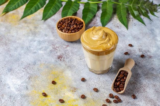 Kawa dalgona. mrożony, puszysty, kremowy, ubity napój z pianką kawową i mlekiem.