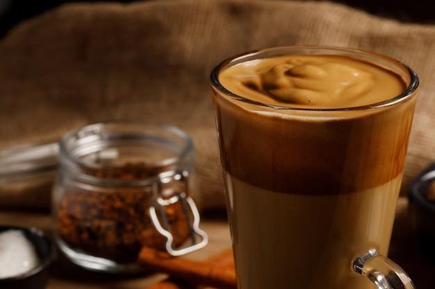 Kawa dalgona na szklanym kubku
