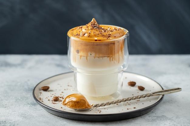 Kawa dalgona. pić z pianką kawową i mlekiem.