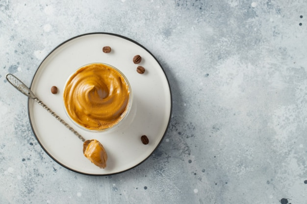 Kawa dalgona. pić z pianką kawową i mlekiem