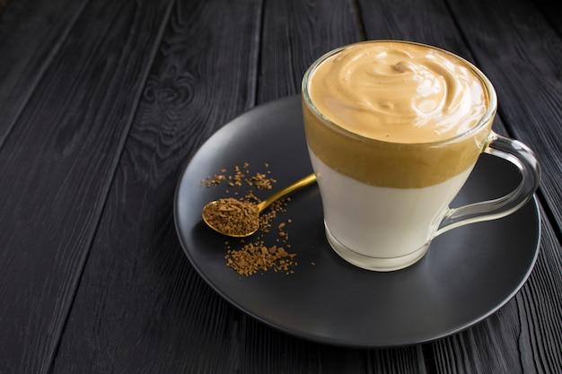 Kawa dalgona w szklanym kubku