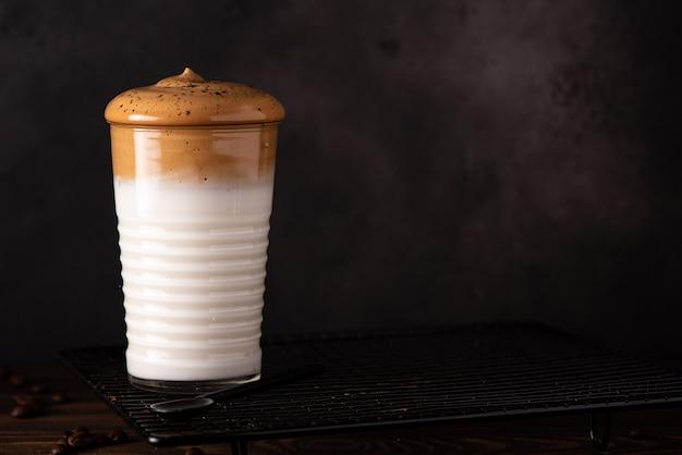 Kawa dalgona w wysokiej szklance