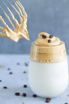 Kawa dalgona z zimnym mlekiem i kostkami lodu