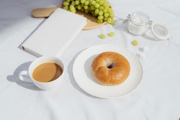 Kawa, dobra książka i chleb na dzień dobry w stołówce