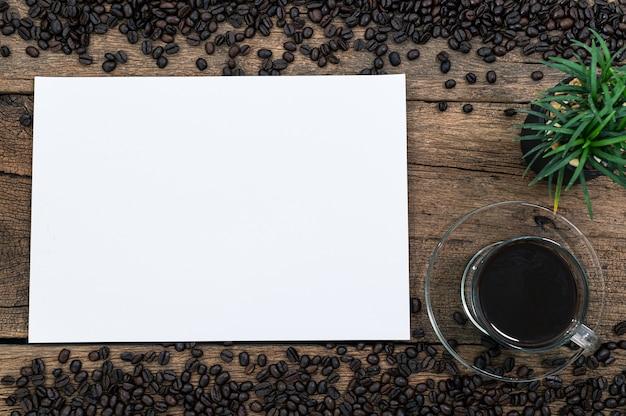 Kawa dodaje energii do pracy na biurku. widok z góry