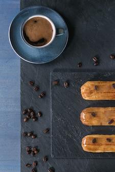 Kawa eklery z filiżanką kawy