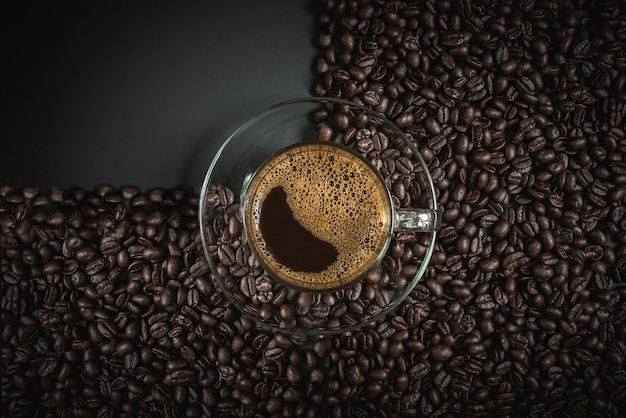 Kawa espresso w szkle na drewnianym stole