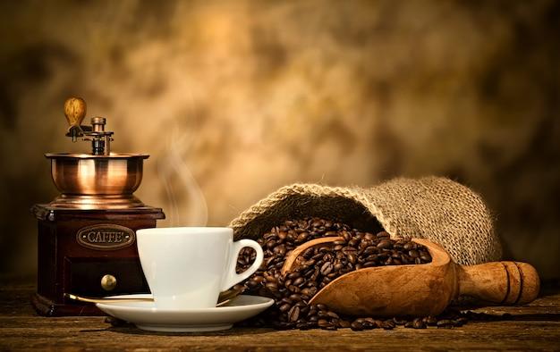 Kawa espresso ze starym młynkiem do kawy