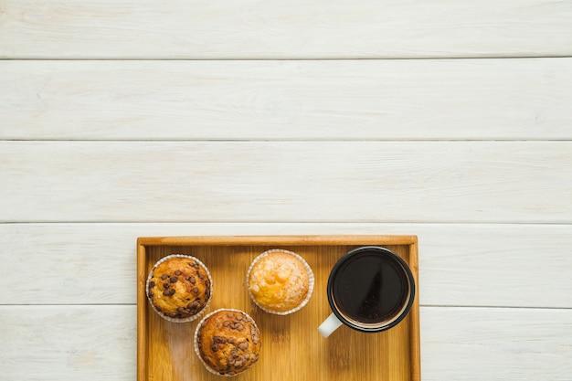 Kawa i babeczki na tacy
