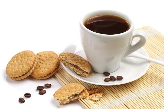 Kawa i ciasteczka na białym tle