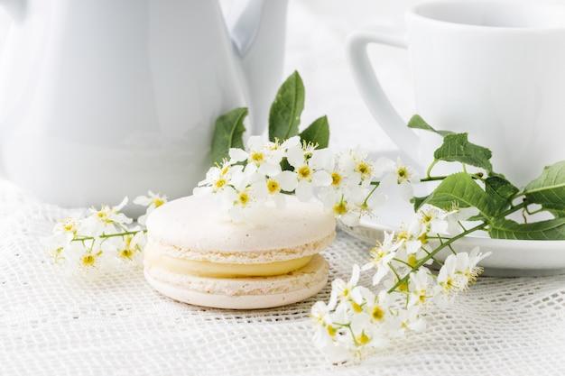 Kawa i francuskie makaroniki w kolorze białym