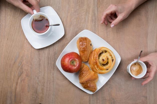 Kawa i herbata, poranne śniadanie ze słodyczami