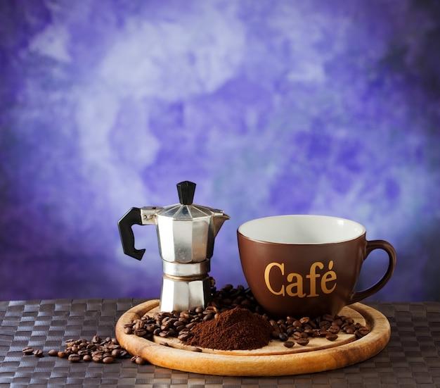 Kawa i moka na fioletowym tle