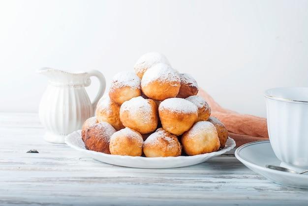 Kawa i pączek, wspólne i niezdrowe śniadanie