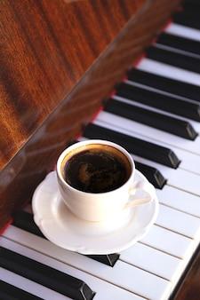 Kawa i pianino na letnim tarasie restauracji
