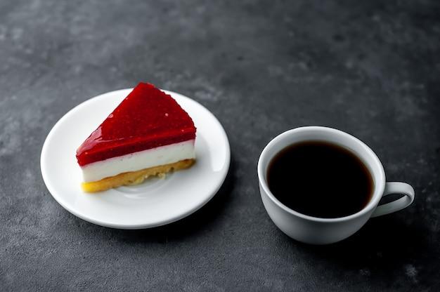 Kawa i sernik ciasto z malinami na kamiennym tle. koncepcja śniadania